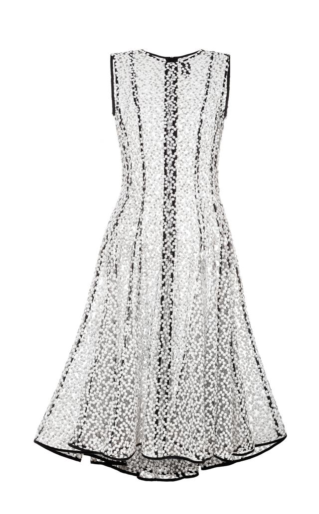 šaty z vyšívaného tylu